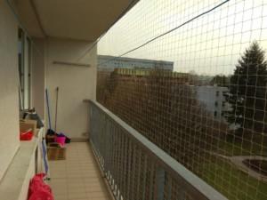 Instalace sítě proti holubům na balkoně