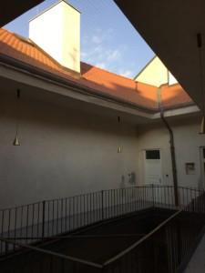 Zasíťování dvorany v historickém centru Prahy