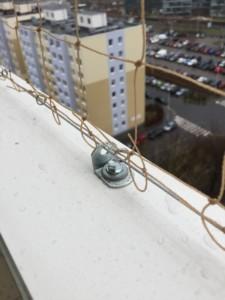 Upevnění sítě na nosný rám z ocelového lanka
