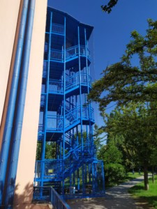 Instalace sítě proti holubům na venkovní schodiště