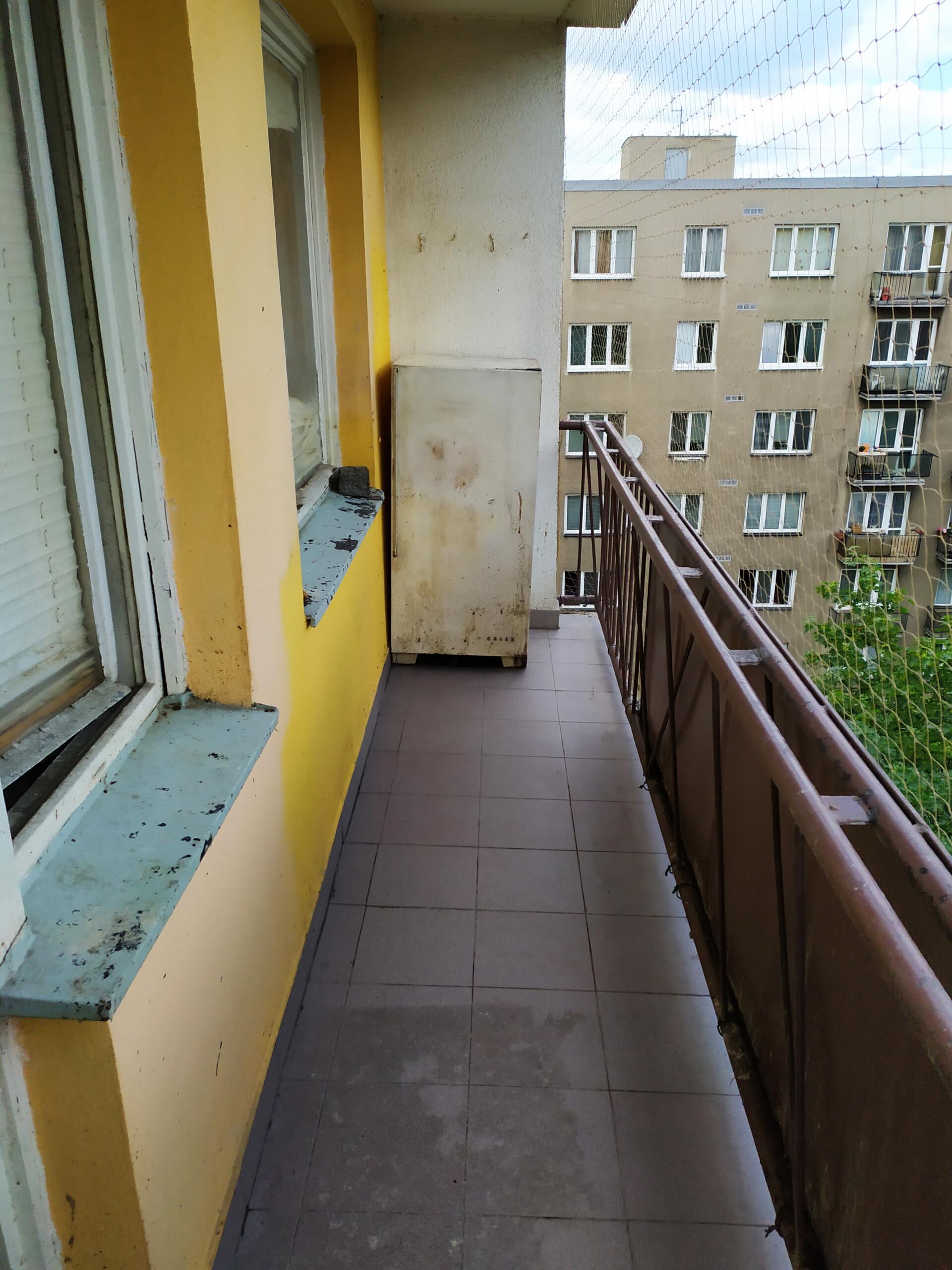 Balkon po vyklizení, dezinfekci, dezinsekci a instalaci sítě proti holubům