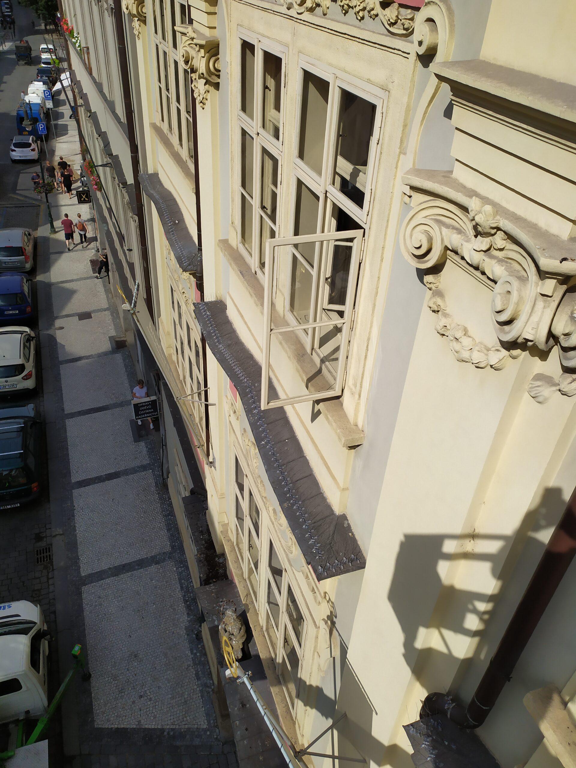 Hroty proti holubům na fasádě domu v centru Prahy