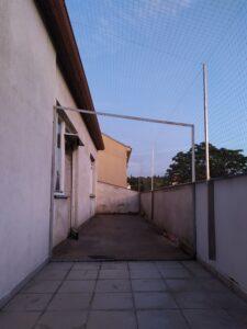 Instalace sítě proti holubům na terasu činžovního domu v Praze