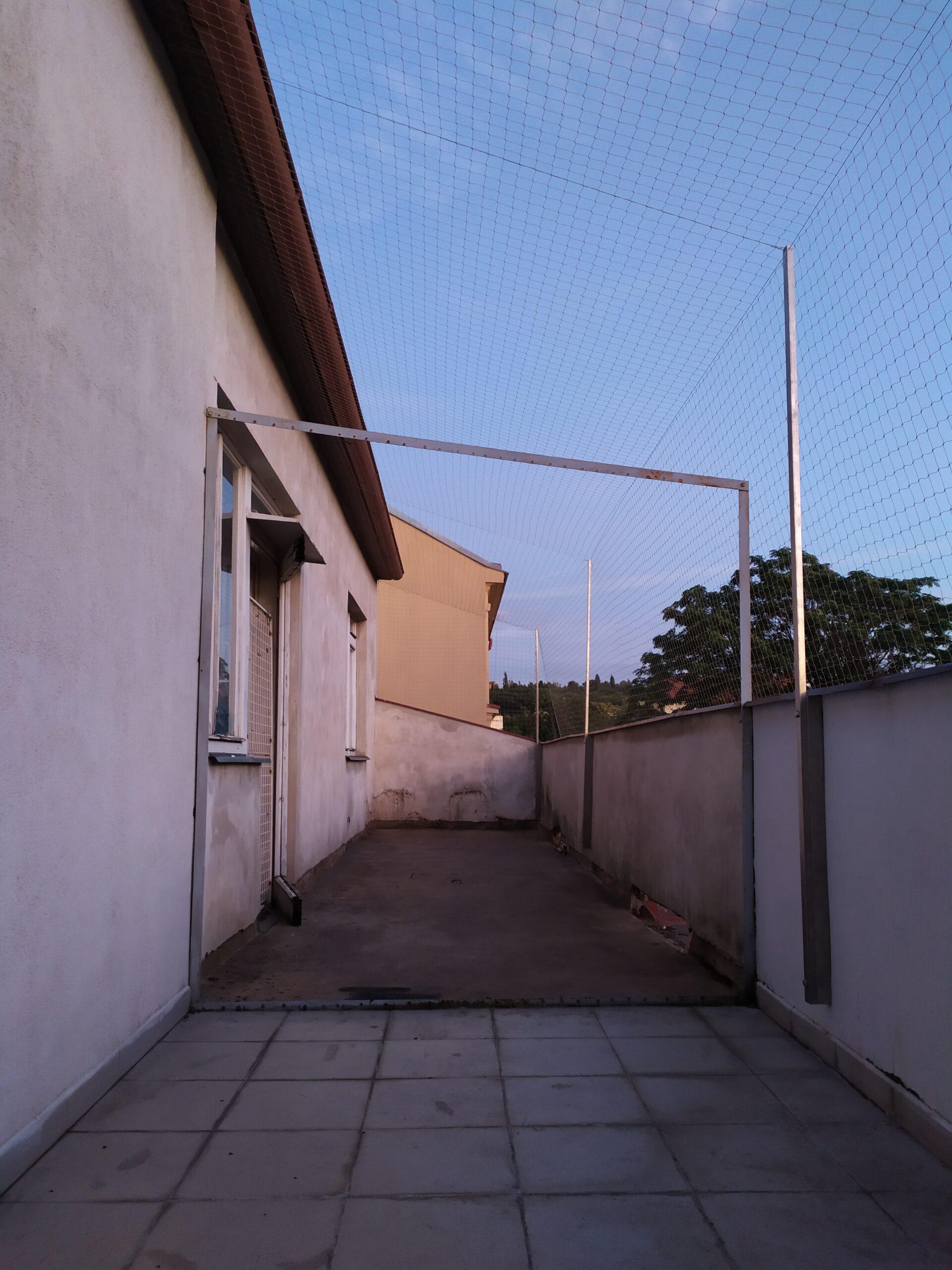 Instalace sítě proti holubům v Praze