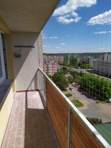 Síť proti holubům na balkoně